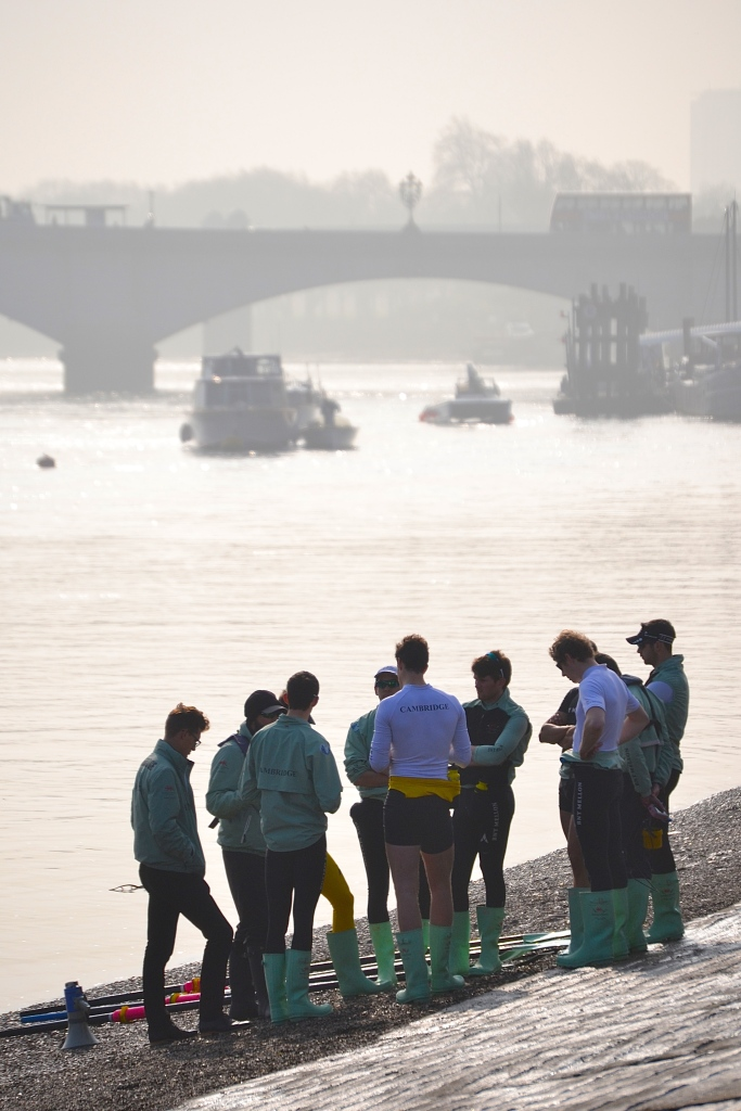 Goldie (Cambridge men's reserves) discuss tactics in the morning haze.