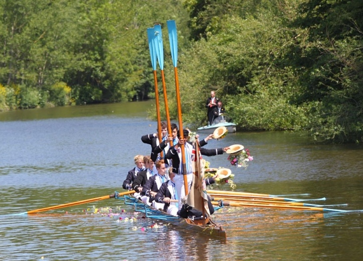 Pic 2. The 2015 3rd VIII pay tribute to their 1914 predecessors.