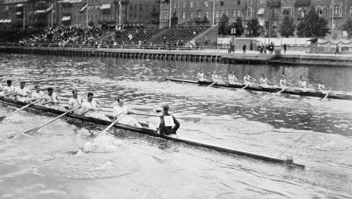 Caption: Leander Club (on the left) ahead of Australasia.