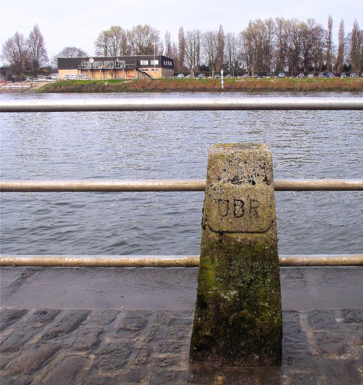 Pic 1. University Stone and the University Post, just downstream of Chiswick Bridge. This is the finish point for the Oxford-Cambridge Boat Race and the start point for all the Tideway head races.