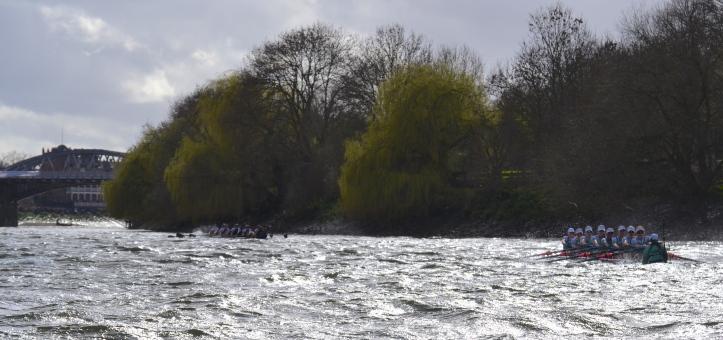 Pic 16. + 15 min 22 sec: Below Barnes Bridge, Oxford continued to draw away. Oxford reached the bridge in 17 min 55 sec, Cambridge in 18 min 33 sec.