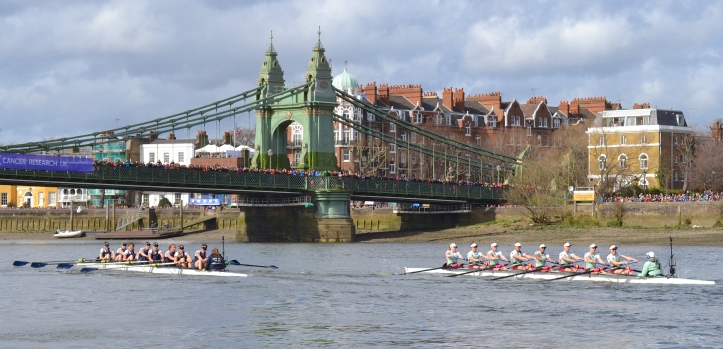 Pic 5. + 7 min 03 sec: At Hammersmith Bridge, Oxford led by just two seconds and Cambridge continued to maintain an overlap (despite what this picture appears to show).