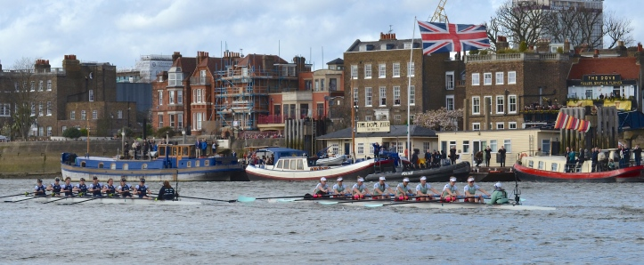 Pic 6. + 8 min 18 sec: Passing Dove Pier, opposite St Paul's School, Cambridge clung on, still overlapping as Oxford struggled to get away.