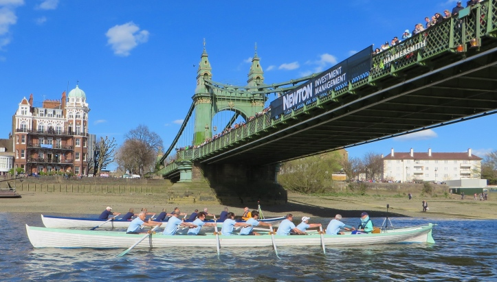 Pic 6. At Hammersmith Bridge, the start of the 2015 race between the reproductions of the boats used in the first Oxford - Cambridge Boat Race in 1829.
