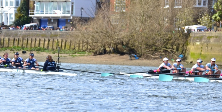 Pic 7. + 8 min 30 sec: Approaching Latymer School Boathouse, the blade of Cambridge's '2' came unnervingly close to that of the Oxford stroke (though the long camera lens exaggerates this).
