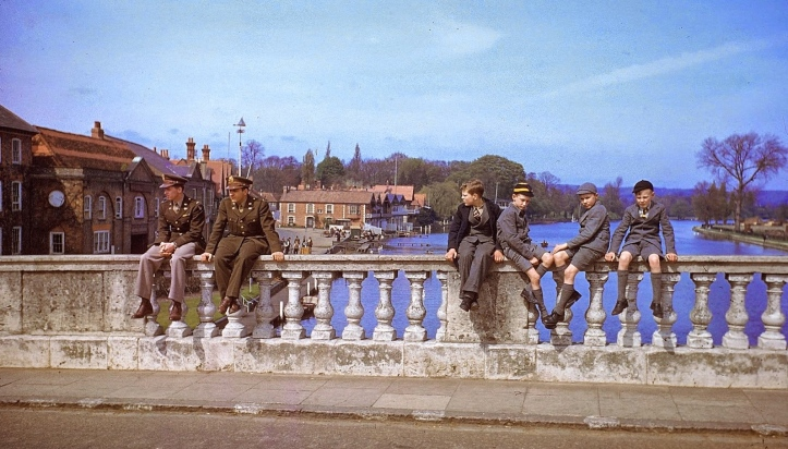 Henley-on-Thames, May 1944. It seems that you cannot keep Americans and schoolboys away from the famous course, even when racing is suspended 'for the duration'. Picture: www.vintag.es