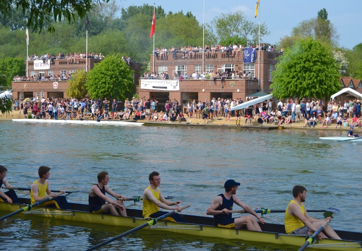 Pic 7. The men of University College II pass, on the left, the boathouse shared by Merton and Worcester, and on the right, by Magdalen, Lady Margaret Hall, Trinity and St Antony's.