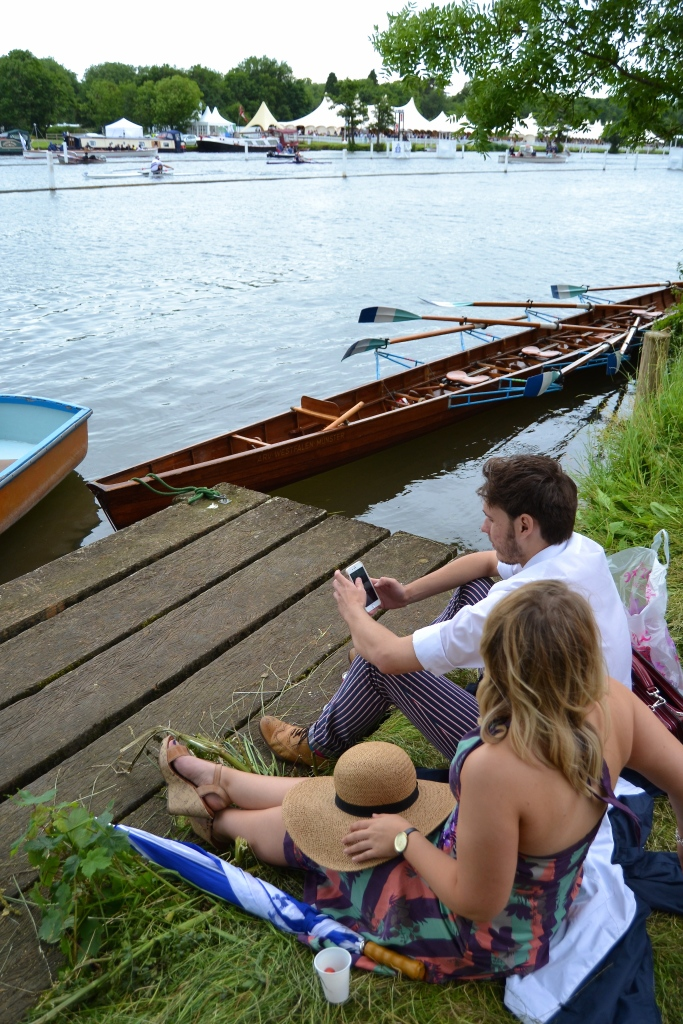 A couple apparently unaware that the world's best sculler is racing past them. In the Diamonds (Open Men's Sculls) A.M.O. Drysdale (West End Rowing Club, New Zealand), beat T.O. Naske (Rudergesellschaft 'Hansa' Hamburg, Germany) by 2 1/2 lengths.