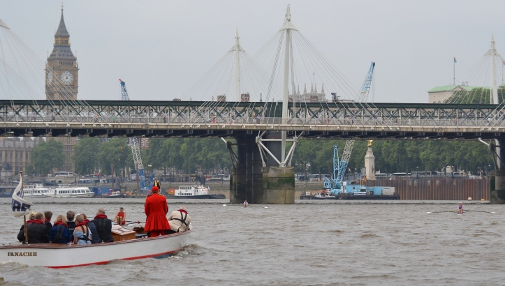 After Waterloo Bridge (2,000 metres), Folkard moved back to the centre, by which time he had a comfortable lead of perhaps 15 lengths. Here he approaches the Golden Jubilee and the Hungerford Bridges (2,350 metres), flanked by Anderson on the right and Berry on the left.