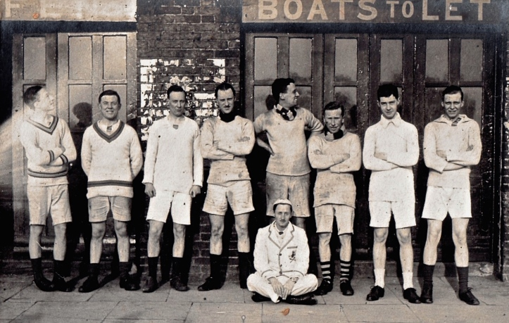 First Eight, Kings College, London, outside Biffen's Anchor Boathouse, Hammersmith, 1922. The building is now the Auriol Kensington Rowing Club.