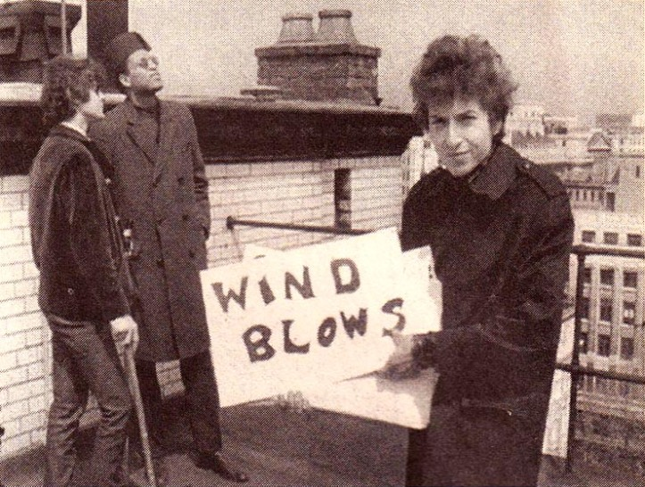 'You don't need a weather man to know which way the wind blows.' Dylan (on the roof of the Savoy with Bob Neuwirth and his record producer Tom Wilson) relays the weather conditions on the Thames to his fans around the world. Photo: Pennebaker Films.